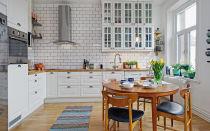 Стильная кухня с ярким акцентом.