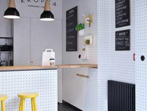 дизайн белая кухня с черным