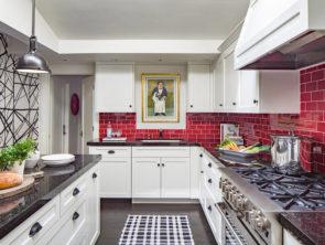 красная стеновая панель на кухне