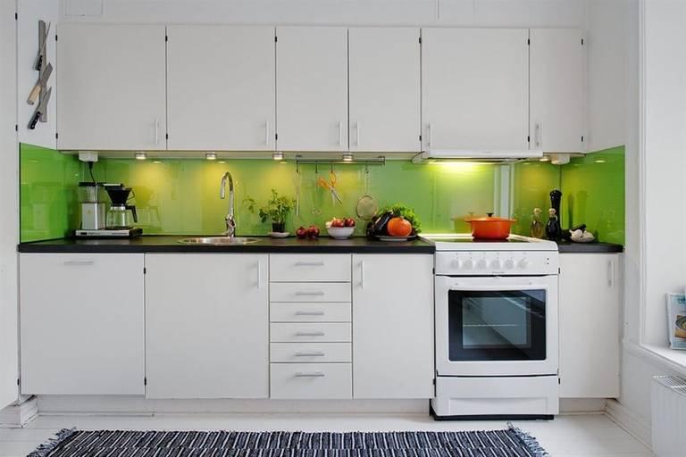 белая кухня с зеленым фартуком