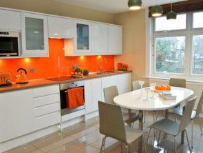белая с оранжевым кухня