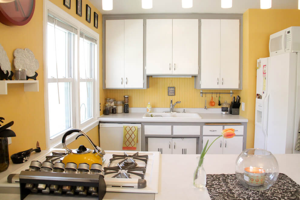 Белая кухня на желтом фоне