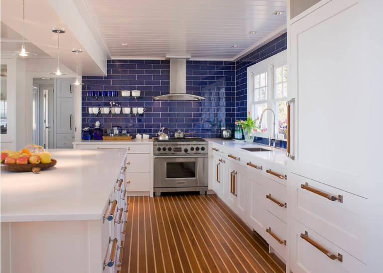 белый с синим на кухне