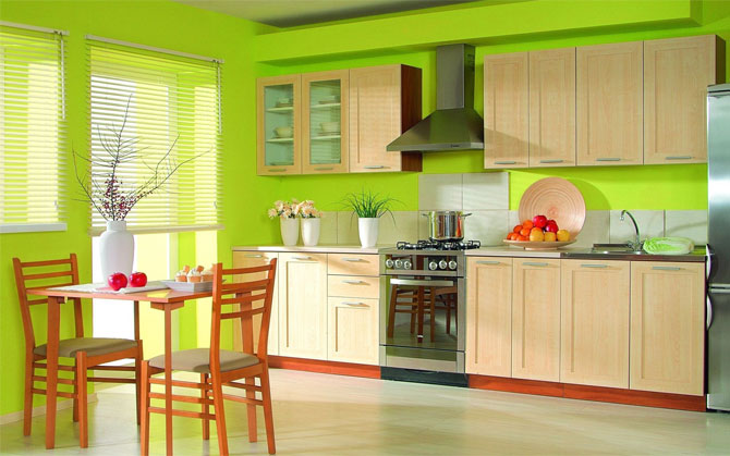 бежевая кухня на зеленом фоне